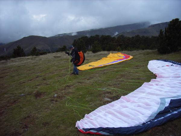 groß, grün, genial, ein Traum für jeden Neuschirmpiloten, Madeira, wo sich Schirme und Piloten nicht über die Platzverhältnisse beschweren können