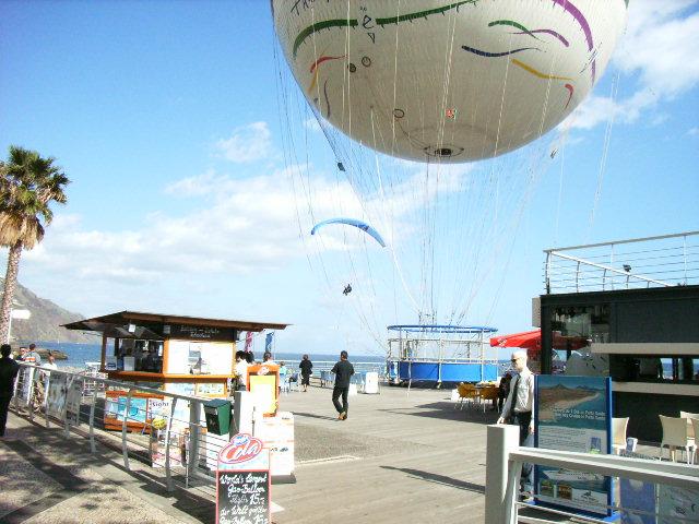 Die letzten Meter bis zur Landung am Stand in Funchal, direkt am Ballon ist der Zugang zur Promenade/Strand und zu den zahlreichen Cafes und Bars, man kann ohne weiters im Vorbeiflug bestellen;-)