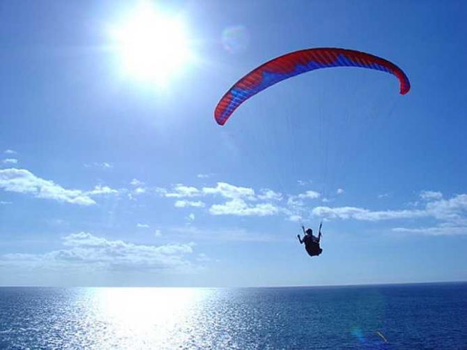 """ab Nachmittag bis Sonnenuntergang beginnt es an der kleinen Klippe zu tragen, Anfänger erhalten einen """"2secondsandahalf""""-Flug, Profis fliegen 20 km weit nach Calheta, wenn die Bedingungen passen"""
