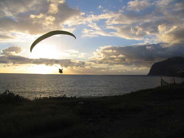 Sonnenuntergangsflug am niedrigsten Startplatz auf Madeira, im Hintergrund die höchste Klippe Europas, im Sommer Soaring oft bis nach Sonnenuntergang, manchmal die ganze Nacht