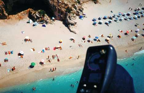 Achtung im Sommer ist der Strand voller Sonnenanbeter.