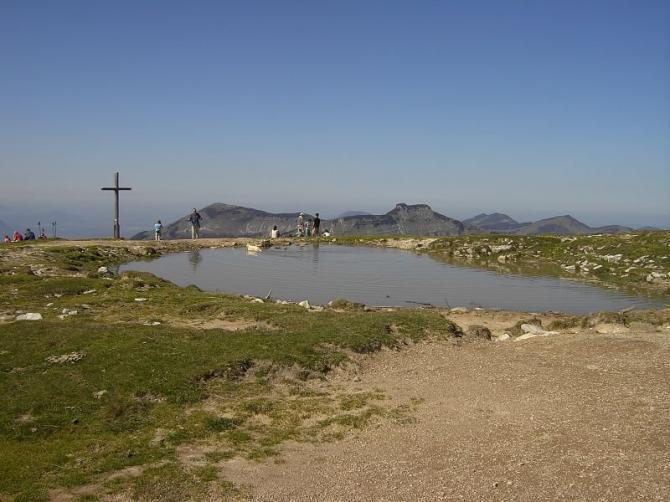 Der Gipfel hier wird auch gestartet. Im Hintergrund ist der Schlenken (gleich rechts neben dem Gipfelkreuz) und dann der Schmittenstein zu erkennen. 23.09.07