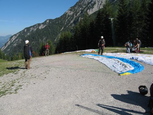 """Ebenfalls der Startplatz neben der Bergbahn. Zu sehen ist hier die """"Kante"""" von der man in den steileren Teil des Starthanges läuft."""