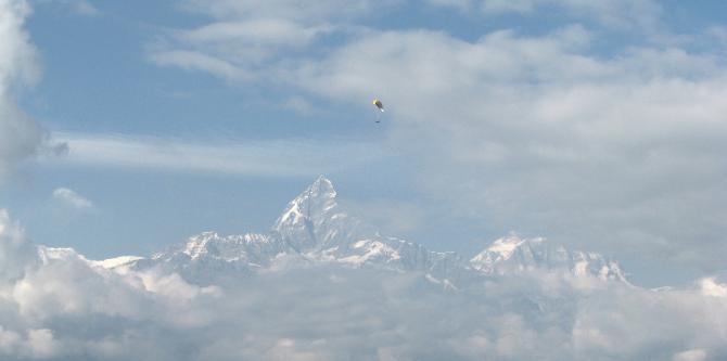 27.11.2007, Sarangkot Fliegen am Dach der Welt? Ja!! Teebeutel und Machapuchhre.
