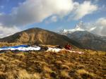 """Paragliding Fluggebiet Asien » Nepal,Korchon,Parawaiting mit dem Tandem. Im Hintergrund links der eigentliche Korchongipfel, rechts der heilige nepalesische Berg """"Machhapuchhre"""""""