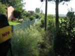 Paragliding Fluggebiet Europa » Italien » Toskana,San Giuliano Terme,zwischen diesen beiden Grundstücken führt der unscheinbare Fußweg zum Landeplatz. Die Einheimischen tragen hier sogar ihre Drachen raus.