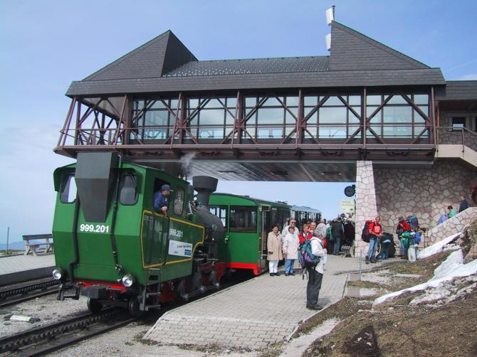 Mit historischer Dampfzahnradbahn zum Startplatz