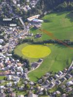 """Paragliding Fluggebiet Europa » Schweiz » Graubünden,Cassons (erst ab .... wieder Offen) und Naraus,Landeplatz bei der Talstation der Gondelbahn nach Naraus. Achtung: abfallend """"nach links""""."""