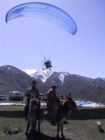 Paragliding Fluggebiet Asien » Kirgistan,Chon Tash - Kirgisistan,Esel und Motorschirm - Leben in zwei Geschwindigkeiten  Aufnahme: Mai 2005