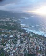 Paragliding Fluggebiet ,,Nach Sreckenflug vom Nordosten: Landeplatz Puerto de la Cruz in Sicht. Hochhäuser soaringfähig ( wenn man nach mehreren Stunden noch Lust hat. Dez 2003