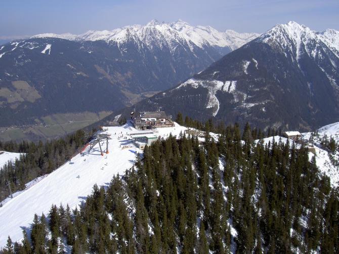 Bergstation mit Nordstartplatz direkt unterhalb, ganz rechts im Bild der steile und enge Schneisenstartplatz West