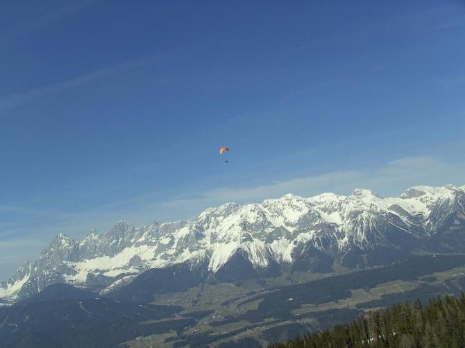 Flug vom Hochwurzen in Richtung Landeplatz Pichl. Im Hintergrund der Dachstein...