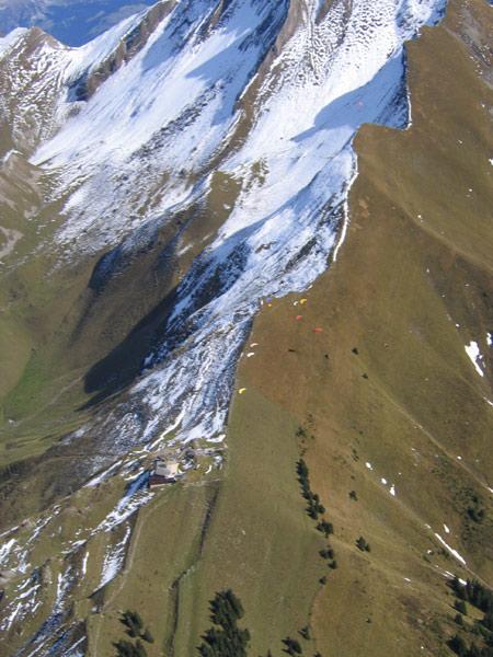 Der Haldigrat aus der Luft mit dem Startplatz und der Bergstation.