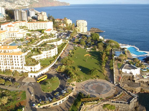 Blick in das Hotelviertel von Funchal, davor der Park Lido als Landeplatz und die Meerschwimmbäder