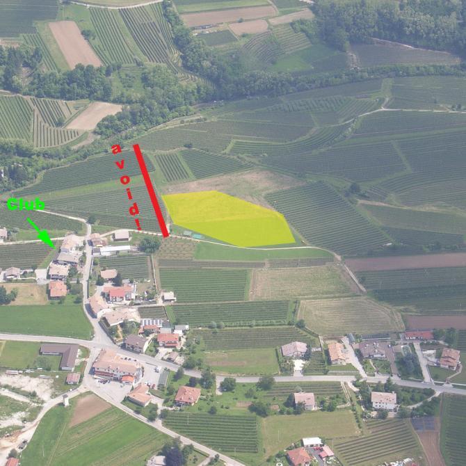 LZ in Torlano. Schon bei mässig starkem Westwind sollte man im Anflug NICHT hinter dem östlichen Ende des Landeplatzes (dh über den Reben) fliegen...