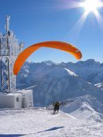 Paragliding Fluggebiet Europa » Österreich » Vorarlberg,Niedere,30.01.05, Kaiserwetter. Start an der bizarr vereisten Antenne am Diedamskopf.
