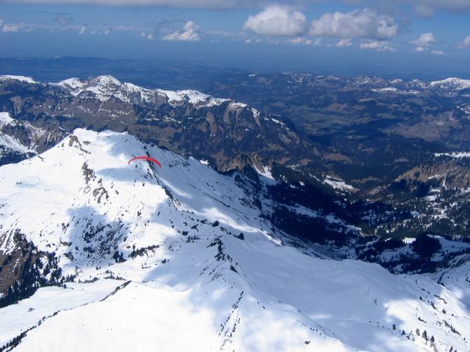 02.04.2007 Diedamskopf von Südosten, Blick über Seefluh und Hinteregger zu SP Bezau/Niedere, Tristenkopf und Winterstaude; hinten die Nagelfluhkette von Hochhäderich bis Hochgrat.