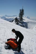 Paragliding Fluggebiet Europa » Schweiz » Obwalden,Titlis, alpiner Startplatz,Der komfortable Gletscher-Startplatz, etwa auf halber Höhe des Gipfelanstiegs. Auch wenn es von unten steil ausschaut, ein flaches Bödeli hilft, dass der Schirm nicht wegrutscht.