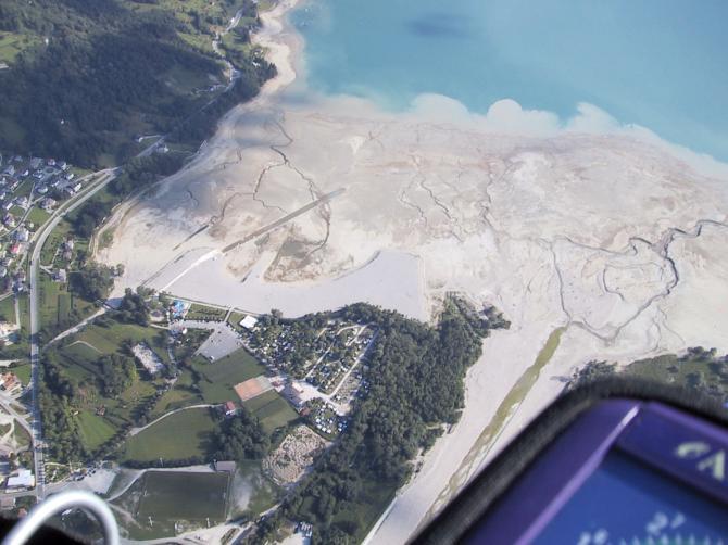 1000 m uber Lago di Santa Croce (gestartet vom Monte Dolada), Blick auf Camping Saratei August 2003
