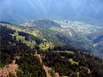 Paragliding Fluggebiet Europa » Schweiz » Tessin,Santa Maria Calanca,Blick über dem Startplatz (rot) mit Sta. Maria (Dorf links) und Castaneda (Dorf mitte) und Landeplatz (blau). Dieser Aufzug steht meistens wenn bei der Baita (Restaurant kurz vor dem Startplatz oberhalb der letzten Spitzkehre) die Fahnen nach oben zeigen.