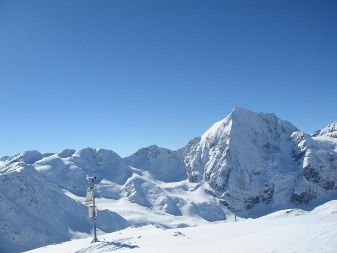 NORDstartSchöntaufspitze 3250m Die Wetterstation ist gut zu erkennen Im Hintergrund die Königsspitze= Gran Zebru ( Febr 06)