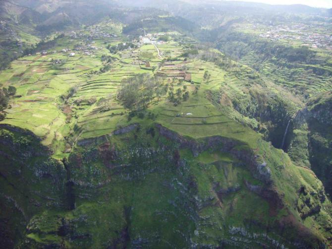 grüne Steilküste im Nord-Westen Madeiras, Wasserfälle, und Startplätze mit weichem Gras, perfekt für Start und Toplandung