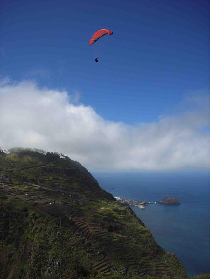 hoch über der Nordsteilküste Madeiras, im Hintergrund der Ort Porto Moniz mit großem Hafen und Hubschrauberplattform, für die Freunde der besonderen Art der Landung
