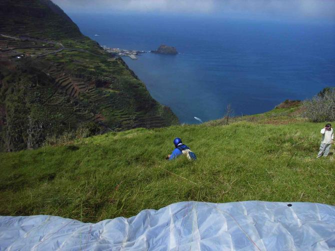 Blick vom Startplatz nach Porto Moniz, direkt unterhalb liegt der einzige Campingplatz von Madeira, und das Wasserkraftwerk von Ribeira da Janela,
