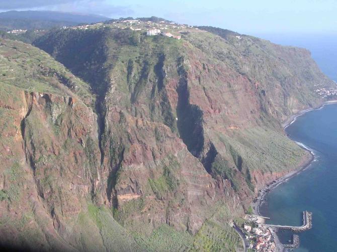 Unten rechts der Hafen von Paul do Mar, oben in der Mitte Prazeres mit Startplatz, Mitte rechts Jardim do Mar an der Süd-West-Küste von Madeira