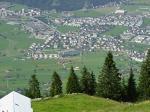 """Paragliding Fluggebiet Europa » Schweiz » Obwalden,Ruedlen,landeplatz Stans, mann/frau achte auf welcher seite des Bauernhauses der windsack """"steckt"""", oberer oder unterer Lp"""
