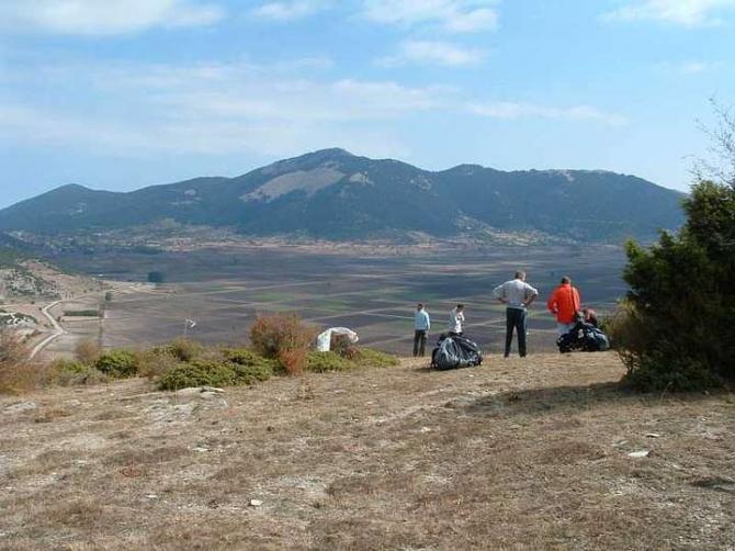 """Blick vom Startplatz auf den """"See"""", links am Bildrand die Strasse von Kalipefki nach Ghoni"""