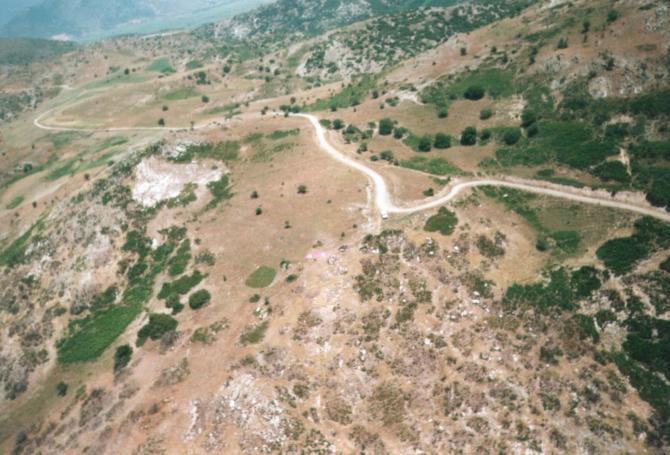 StavrosHill, Startplatz aus südlicher Richtung.  Ganz oben links am Bildrand die grüne Fläche des trockengelegten Sees von Kalipefki Foto: Womblinger  1996