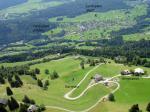 Paragliding Fluggebiet Europa » Österreich » Vorarlberg,Schnifnerberg,Blick auf die Bergstation, den Startplatz und die Landeplätze.