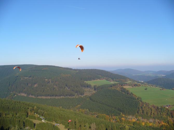 Aus Schwerelos.de, Hermann und Berthold am 15.10.06 in Willingen Sonnenhang. Top Soaringbedingungen, stundenlang geflogen...