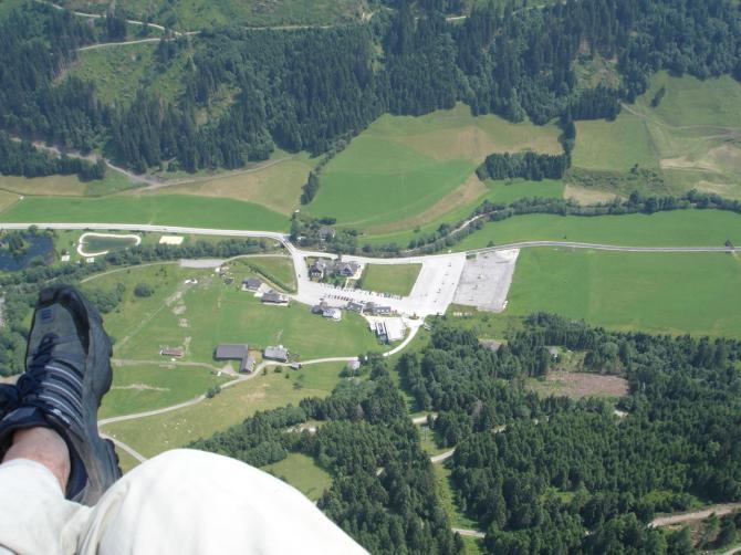 Rechts vom Parkplatz ist der komfortable Landeplatz zu sehen.