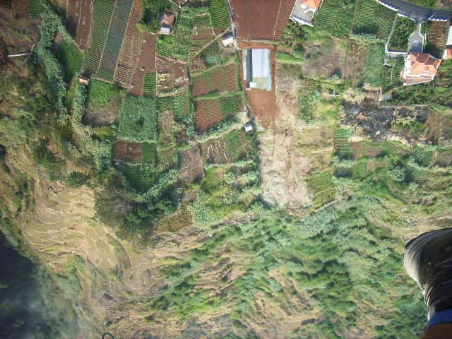 direkt über dem Startplatz Canhas, ganz neu angelegt, es wird noch etwas dauern bis Gras über die Sache gewachsen ist;-), der 55. Startplatz auf Madeira