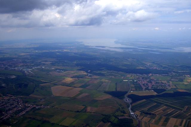 Blick auf den Neusiedlersee, im Vordergrund sieht man den Grenzübergang Deutschkreutz, links die ungarische Stadt Sopron
