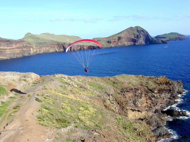 Das Ostkap von Madeira mit ursprünglicher Vegetation, ausnahmsweise nicht komplett grün aber sehr spektakulär, fliegerisch mal etwas anderes als der Rest der Insel