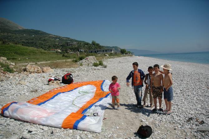 """Peters Schirm mit """"Besuch"""" nach der Landung am Strand"""