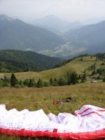 Paragliding Fluggebiet Europa » Italien » Friaul-Julisch Venetien,Cercivento,Blick Richtung S (zur LZ; beim Auto befindet sich die Deltarampe.