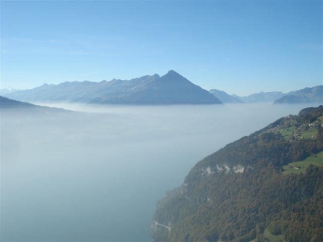 Blick Richtung Beatenberg/Niesen.  Nebelobergrenze ca. 1355 m...