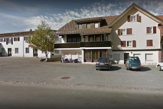 """Achtung! Auf dem Parkplatz des Restaurants """"Burg"""" darf nicht parkiert werden!"""