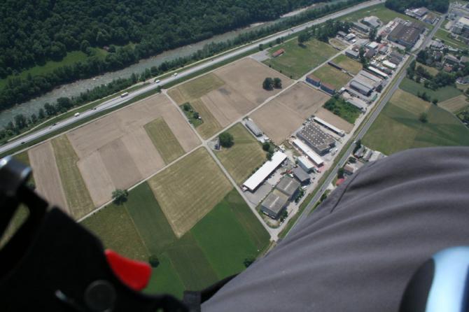 Blick auf die grossen Landeflächen westlich von Lumino (bitte immer nur dort wo gemäht ist)