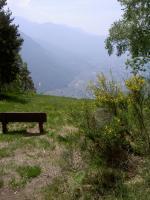 Paragliding Fluggebiet Europa » Schweiz » Tessin,Lumino - Parüsciana - Monti di Saurû,Blick vom Startplatz auf Bellinzona. Wenn der Windsack auch nur leichten Wind von links anzeigt, dann liegt der Startplatz wahrscheinlich im Lee.