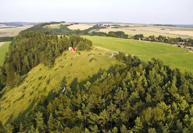 Blankenhainer Hang von West aus - dahinter liegend der Feldweg, an dem die Autos abgestellt werden.