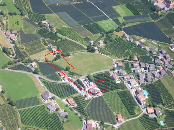 Landeplatz Dorf Tirol. Abbauraum über dem Parkplatz der Seilbahn. oft hat es überall Aufwinde. (Juli 2007)