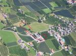 Paragliding Fluggebiet Europa » Italien » Trentino-Südtirol,Hochmuth -Muthöfe,Landeplatz Dorf Tirol. Abbauraum über dem Parkplatz der Seilbahn. oft hat es überall Aufwinde. (Juli 2007)