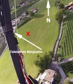 Paragliding Fluggebiet Europa » Italien » Trentino-Südtirol,Hochmuth -Muthöfe,Anfänger sehen sich den Startplatz und die Landung der Tandems sehr genau an, bevor sie es wagen. Bei Null Wind geht es einfacher. Die Bewässerungsrohre sieht man (je nach Lichteinfall) erst im Endanflug. Position nicht im Süden der Wiese (Turbulenzen).