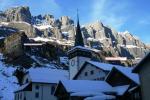 Paragliding Fluggebiet ,,Auf der Westseite führen zwei Seile auf die Alpen in halber Höhe. Sie beginnen in der Mitte des Tales, beim Strassenrand