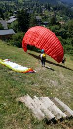 Paragliding Fluggebiet Europa » Schweiz » Wallis,Vercorin - Crêt du Midi - La Cure - Sigeroulaz,Sehr steiler Startplatz im Ort. 10 Min von der Seilbahn entfernt (im Hintergrund erkennbar).